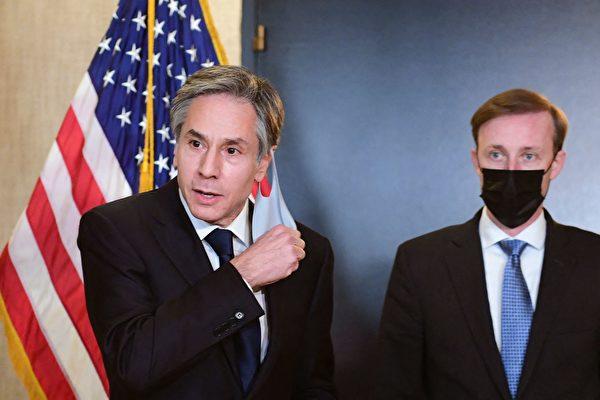 토니 블링컨 미국 국무장관(왼쪽)과 제이크 설리번 국가안보보좌관(오른쪽)이 지난 19일 알래스카에서 중공 대표와의 회담을 마친 뒤 언론과 대화하고 있다.   FREDERIC J. BROWN/POOL/AFP via Getty Images