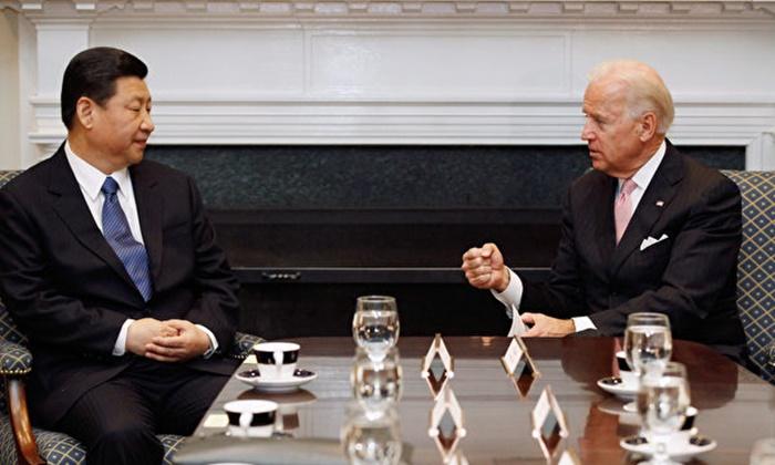 조 바이든 미국 부통령(R)과 시진핑 중국 국가부주석이 2012년 2월 14일 워싱턴DC 백악관 루스벨트룸에서 다른 미·중 관계자들과 확대 양자회담을 하고 있다. | Chip Somodevilla/Getty Images
