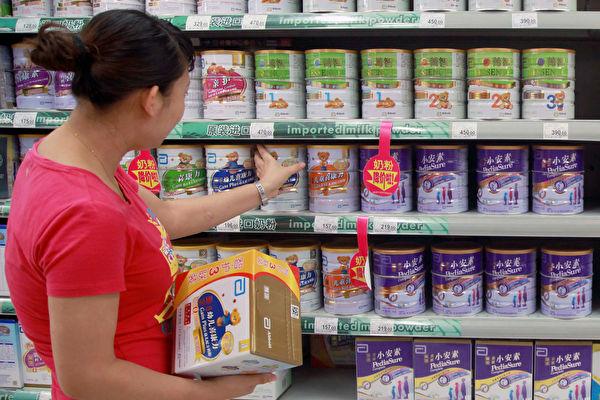 중국 하이난성의 한 식품점에서 소비자가 분유 제품을 고르고 있다. | STR/AFP via Getty Images