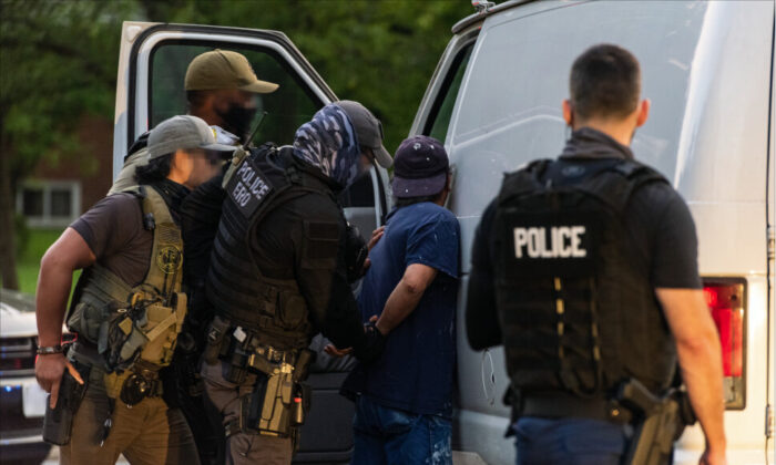 ICE 집행 요원들이 지난해 8월 버지니아의 북부 지역에서 범죄를 저지른 불법 이민자를 체포하는 모습. 2020.8.11   ICE