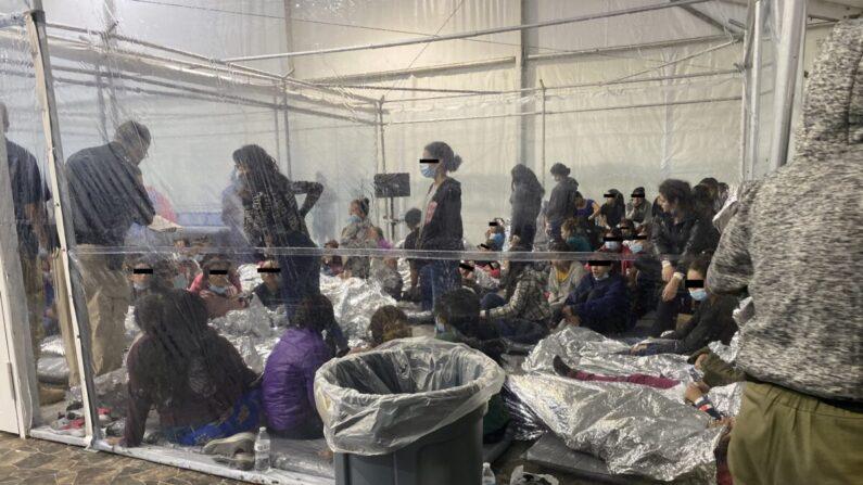 미국 텍사스주 도나의 한 국경 수용 시설. 넘쳐나는 사람들로 수용인원이 초과된 모습이다. | Courtesy of Rep. Henry Cuellar's office