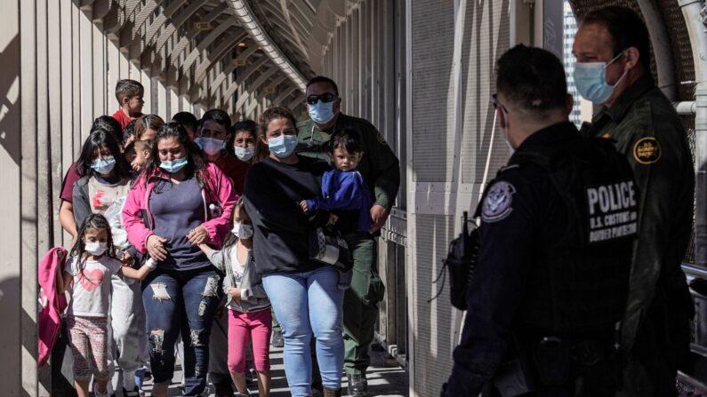 중미 출신 밀입국자들. 2021.3.17 | 로이터=연합뉴스