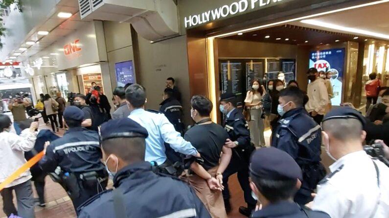 28일 홍콩 몽콕 역에서 경찰이 정치사무 단속 직원과 말다툼을 벌이던 한 남성을 연행하고 있다. 이날 홍콩 경찰은 민주화 인사 47명을 홍콩판 국가안전법 위반으로 기소했다. | 에포크타임스