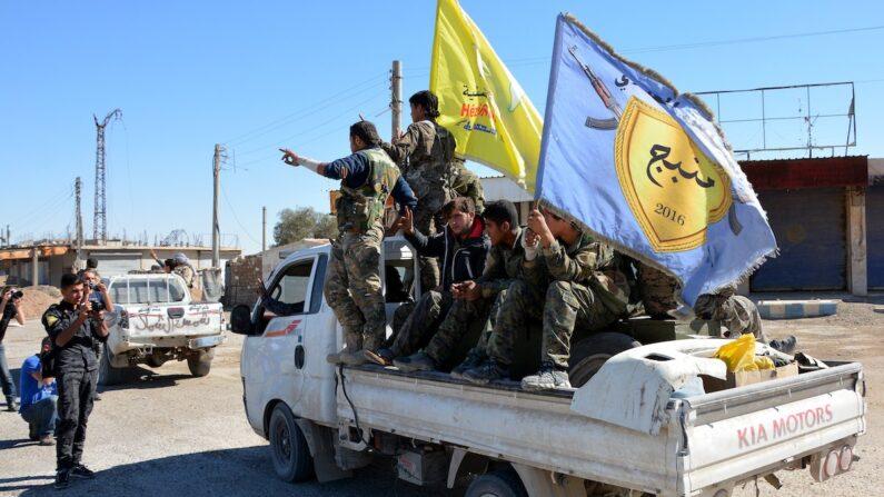 2017년 10월 시리아 락까에서 이슬람국가(IS) 격퇴전에 참여한 시리아 쿠르드 군대의 모습. | EPA=연합뉴스 자료사진