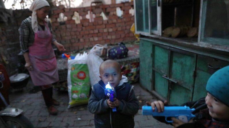신장 자치구 투르판에 사는 위구르족 어린이의 모습   EPA=연합