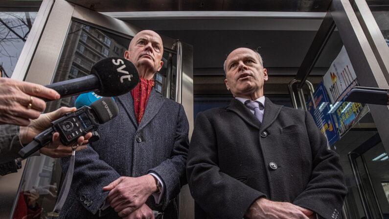짐 닉켈(오른쪽) 주중 캐나다대사관 대사대리와 윌리엄 클라인 미국대사관 대사대리가 코브릭 재판이 열리는 베이징 법원 앞에서 취재진에게 말하고 있다. | EPA 연합