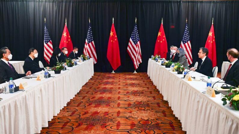 미 알래스카서 고위급 회담 시작하는 미·중 대표단 | 로이터=연합      (앵커리지 로이터=연합뉴스) 미국 측 토니 블링컨(오른쪽 2번째) 국무장관과 제이크 설리번(오른쪽) 백악관 국가안보보좌관, 중국 측 양제츠(왼쪽 2번째) 공산당 외교 담당 정치국원과 왕이(왼쪽) 중국 외교 담당 국무위원 겸 외교부장이 18일(현지시간) 미 알래스카주 앵커리지에서 미중 고위급 외교 회담을 시작하고 있다. 이번 만남은 조 바이든 대통령 취임 후 미중 간 첫 고위급 대면 회의로, 향후 바이든 행정부 4년간 미중 관계를 가늠할 풍향계로 주목받고 있다.      leekm@yna.co.kr/2021-03-19 09:02:36/
