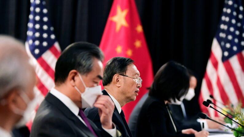 18일(현지시간) 미국 알래스카주 앵커리지에서 열린 미중 고위급 회담에 참석한 양제츠(가운데) 공산당 외교담당 정치국원과 왕이(왼쪽 두 번째) 중국 외교부장 | 로이터=연합