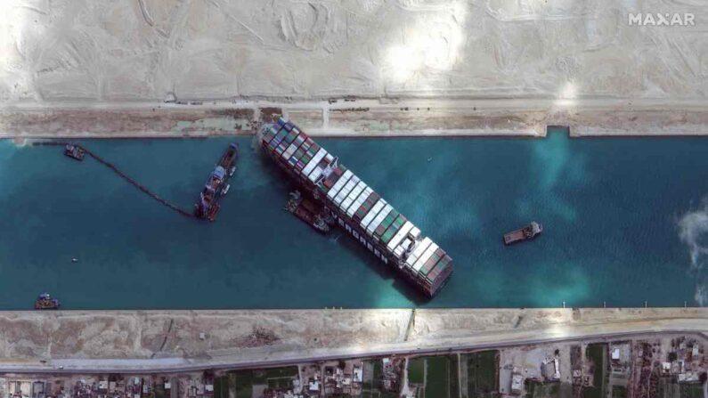 수에즈 운하 가로막고 있는 초대형 컨테이너선 | 수에즈 AFP 연합뉴스