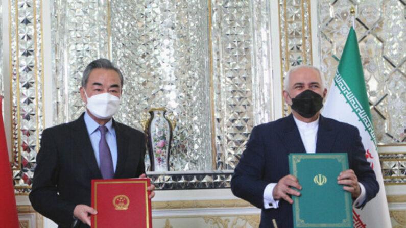 중국 왕이 외교부장(왼쪽)과  모하마드 자바드 자리프 이란 외교장관이 협정 체결 후 기념 사진을 찍고 있다. | 신화통신 연합