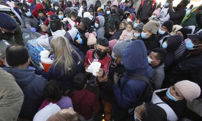 멕시코 티후아나 국경지역에서 미국 입국을 기다리는 이민자들. 2021.2.19