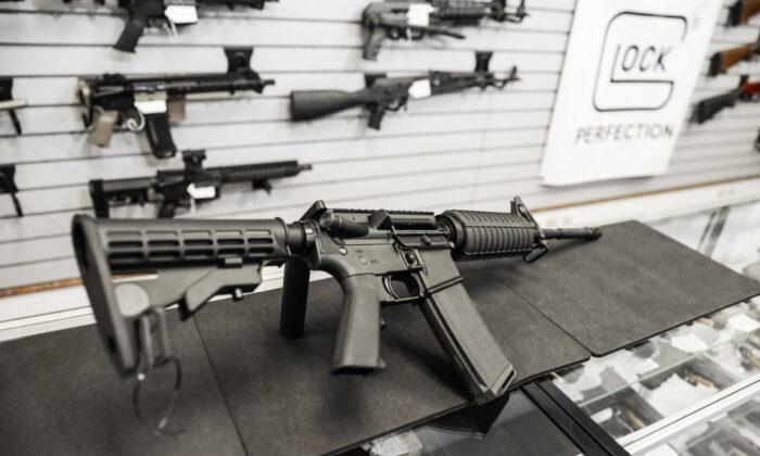 미국 버지니아주 리치먼드의 총기상점에 놓여 있는 AR-15 반자동 소총. 2020.1.13 | Samira Bouaou/The Epoch Times