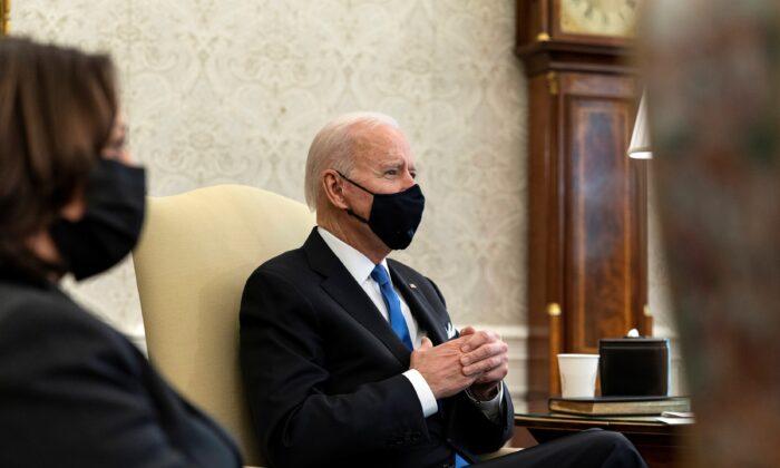 조 바이든 미국 대통령과 카멀라 해리스 부통령이 지난 3일(현지시간) 백악관 집무실인 오벌 오피스 회의에 참석한 모습. 2021.3.3 | Alex Brandon/Pool via Reuters