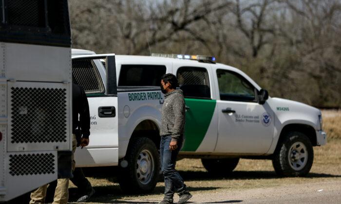 국경순찰대 요원들이 지난 10일(현지시간) 미국 텍사스주 페니타스에서 불법체류자들을 태우고 있는 버스를 체포하고 있다. 2021.3.10   Charlotte Cuthbertson/The Epoch Times
