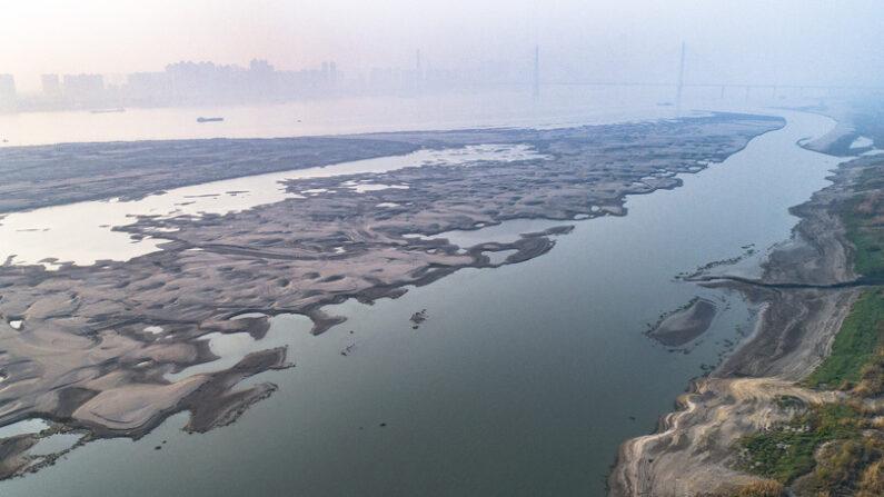 중국 창장이 갈수기에 바닥을 드러내고 있다. | 신화=연합