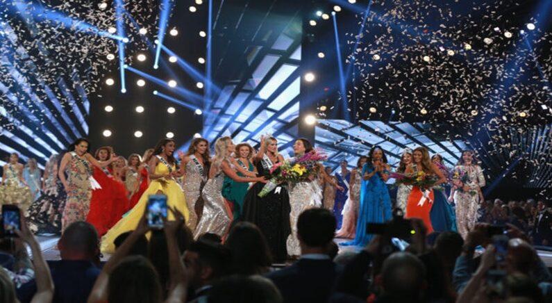 미스 네브레스카 사라 로즈 서머즈가 지난 2018년 로스앤젤레스에서 열린 미스USA 대회에서 우승한 뒤 축하받고 있다.