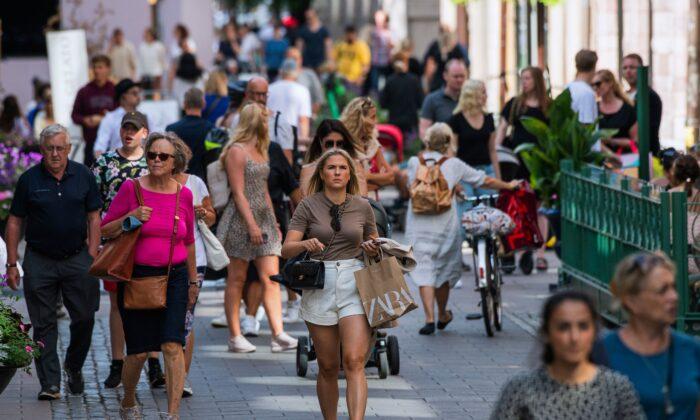 2020년 7월 27일 코로나19 대유행 당시 스톡홀름의 한 거리를 걷는 스웨덴 사람들
