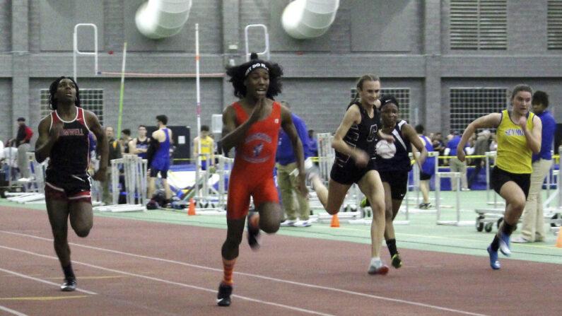 지난 2019년 7월 미국 코네티컷주 클래스S 여자육상 실내 경기에서 블룸필드 고등학교 트랜스젠더 선수 테리 밀러(왼쪽에서 두번째)가 55m 달리기 결승전에서 힐하우스 고등학교 트렌스젠더 선수(맨 왼쪽)를 제치고 결승선을 가장 먼저 통과하고 있다. | AP Photo/Pat Eaton-Robb, File 연합