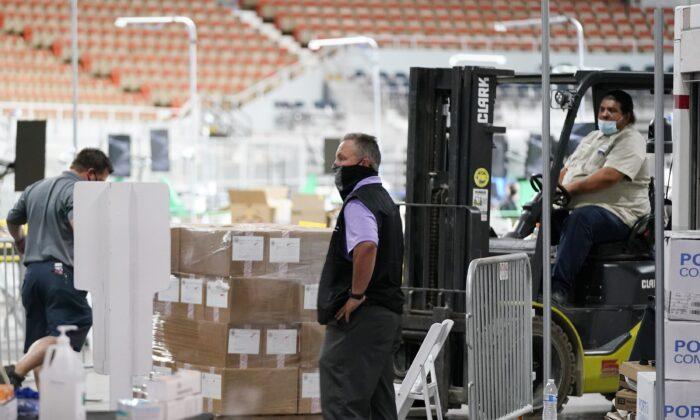 지난 22일(현지시간) 애리조나 피닉스시 참전용사 기념관에 작년 대선 투표지 208만 장이 운송되고 있다.   Ross D. Franklin/AP Photo 연합