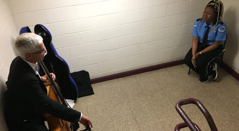 공연장 밖에 서있던 경비원 위해 첼리스트가 개최한 미니 콘서트