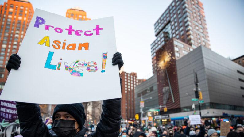 2021년 3월 19일 미국 뉴욕 유니언스퀘어 공원에서 열린 아시아 증오 피해자들을 위한 평화의 밤 집회 | 정이호/에포크타임스