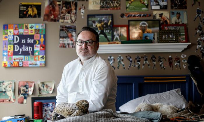 2021년 4월 16일 미국 일리노이주 노스브룩에 있는 아들 딜런의 방에 앉아 있는 크리스 버크너 씨. | 사미라 바우어/에포크타임스
