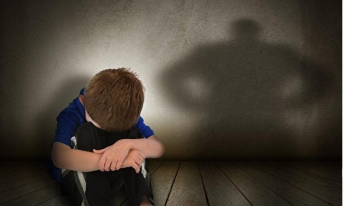 빈 방에 갇혀 겁을 먹은 경험이 있는 아이는 안정감이 떨어지며, 쉽게 불안해하고 짜증을 낸다. (사진=셔터스톡)