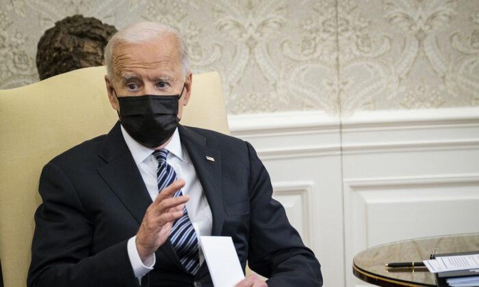 """바이든, 멕시코발 불법 이민자 급증에 """"국경 위기"""" 첫 언급"""
