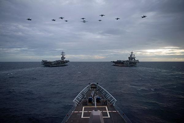 2월 9일 남중국해에서 미군의 니미츠함(CVN68)과 루스벨트함(CVN71)이 함께 훈련하고 있다.(미 해군 제공)