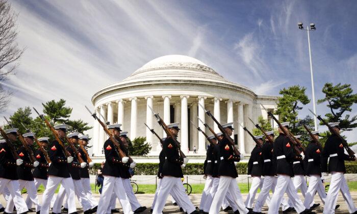 미국 워싱턴 DC 토마스 제퍼슨 기념관 앞에서 행진하고 있는 미 해병대원들. 2014.4.12 | U.S. Marine Corps photo by Sgt. Bryan Nygaard/Released
