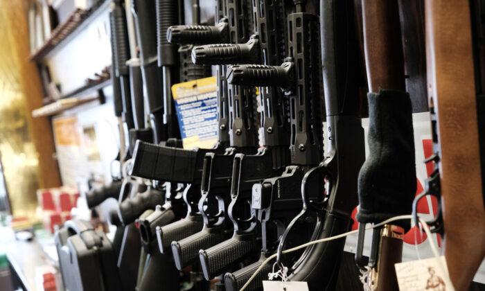 미국 뉴저지주의 한 총기판매 업소에 권총들이 전시돼 있다.   Spencer Platt/Getty Images