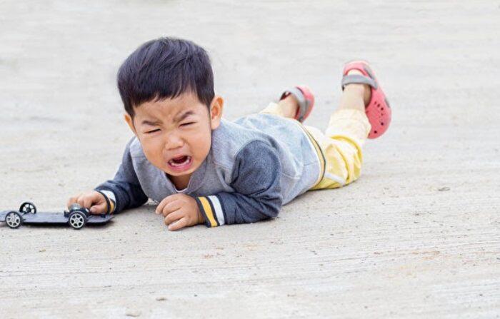 아이가 자주 넘어질 경우, 부모는 아이에게 선천적 결함이 있는지 주의 깊게 살펴야 한다.(사진=셔터스톡)