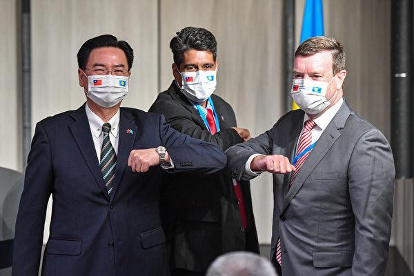 조셉 우(吳釗燮) 대만 외교부장[좌], 수랭걸 휩스 주니어 팔라우 대통령[가운데], 존 헤네시닐랜드 팔라우 주재 미국 대사[우].   중앙 통신사