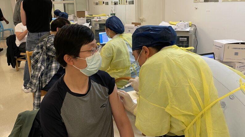 지난 10일 중국 상하이시 퉁런(同仁)병원에 마련된 외국인 전용 코로나19 백신 접종소에서 연합뉴스 기자가 코로나19 백신을 맞고 있다. | 연합뉴스