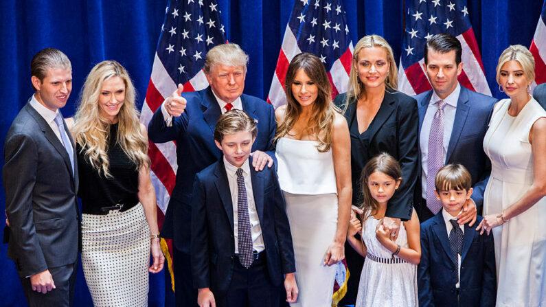 도널드 트럼프 일가. 가운데 엄지 손가락을 치켜든 트럼프가 보인다. 왼쪽 두번째가 며느리인 라라 트럼프다. | Christopher Gregory/Getty Images