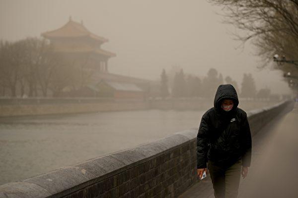 지난 3월 15일 베이징시는 황사로 뒤덮여 대기오염이 심각한 수준에 이르렀다.   WANG Zhao/AFP 연합