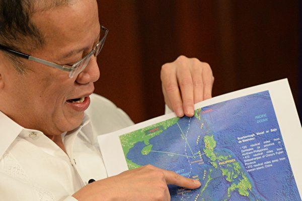 2015년 4월 14일 마닐라에서 진행된 AFP통신과의 인터뷰에서 베니그노 아키노(Benigno Aquino) 당시 필리핀 대통령이 9단선이 그려진 남중국해 지도를 가리키며 설명하고 있다. | Ted Alhibe/AFP via Getty Images