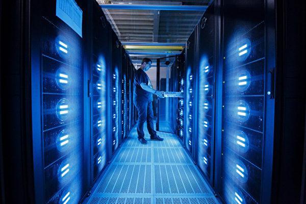 미국 상무부가 목요일(4월 8일) 중국 하이테크 회사에 대해 새 금지령을 내려 중국의 슈퍼컴퓨터 회사 7곳을 수출 통제 블랙리스트에 올렸다. 사진은 슈퍼컴퓨터 자료도. (Photo by Morris MacMatzen/Getty Images)