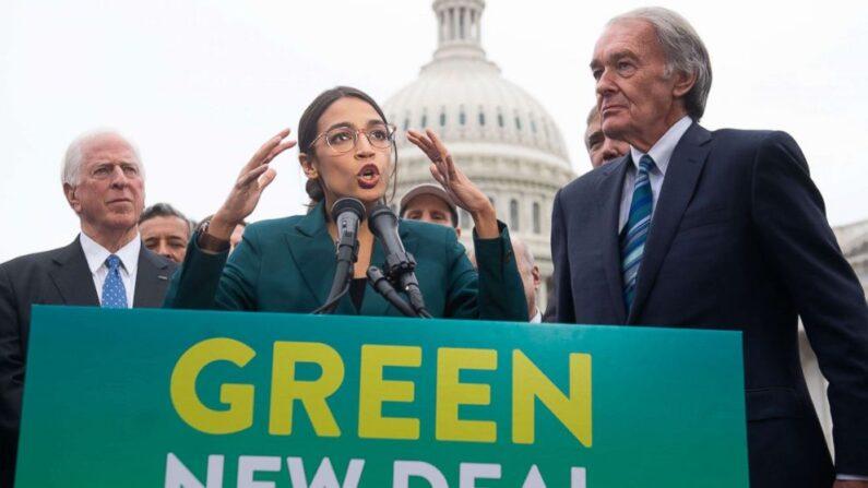 민주당의 알렉산드리아 오카시오 코르테스 하원의원(가운데)과 에드워드 마키 상원의원(오른쪽)이 지난 2019년 2월 7일(현지시간) 의회 앞에서 기자회견을 갖고 향후 10년 내 미국의 온실가스 배출을 없애는 내용을 담은 '그린 뉴딜' 정책을 공개하고 있다. | AFP=연합