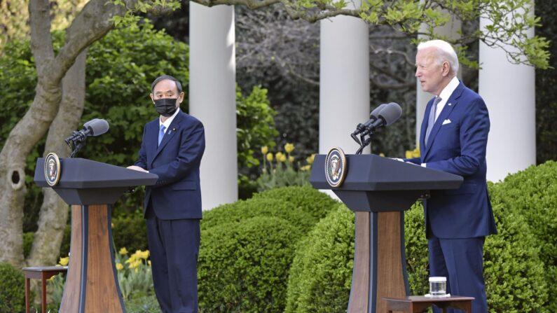 현지시간 16일 오후 조 바이든(오른쪽) 미국 대통령과 스가 요시히데 일본 총리가 미국 워싱턴DC 소재 백악관에서 정상회담을 한 후 공동 기자회견을 하고 있다. 2021.4.17   연합뉴스