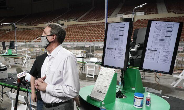 켄 베넷 전 애리조나주 국무장관이 지난 22일(현지시간) 재검표장인 피닉스 재향군인 기념관에서 기자들에게 2020년 대선 감사에 대해 설명하고 있다. | Ross D. Franklin/AP Photo 연합