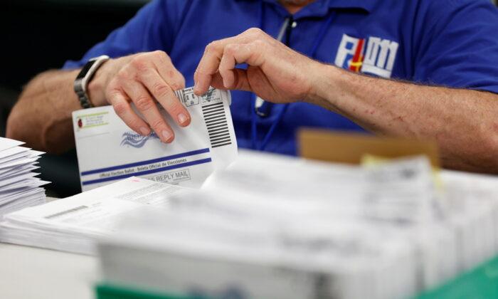 우편투표를 개표하는 선거관리 요원 | Rachel Wisniewski/Reuters