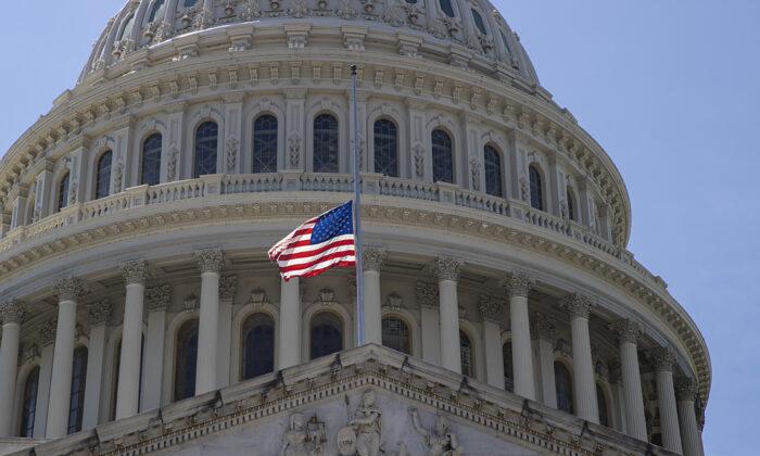 지난 7월 국회의사당이 타계한 존 루이스 의원을 기리기 위한 성조기를 조기로 게양했다.