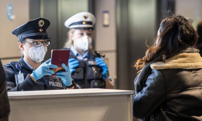 독일 프랑크푸르트 국제공항의 연방 경찰 관계자들이 체코 프라하에서 도착한 승객들을 확인하고 있다. 2021.1.24   Boris Roessler/dpa via AP