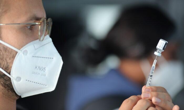 미국 캘리포니아주 로스앤젤레스에서 의료진이 화이자 코로나19 백신 접종을 준비하고 있다. 2021.3.17 | Lucy Nicholson/Reuters