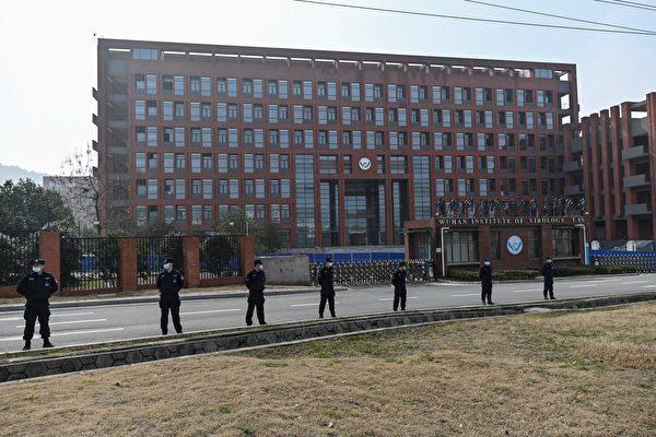 2월 3일 WHO가 우한 바이러스 연구소(WIV)에 도착했을 때 해당 연구소 앞에서 경찰력이 촘촘히 배치돼 있었다.   HECTOR RETAMAL/AFP via Getty Images 연합