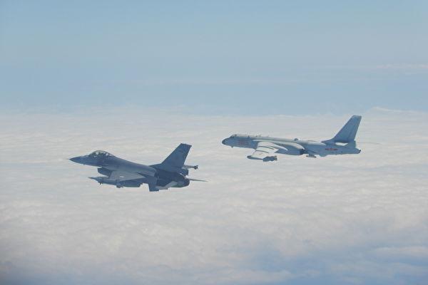 2020년 2월 9일 중공군 항공기가 대만해중선을 넘어오자 중화민국 국군의 F-16 전투기(왼쪽)가 긴급 출동하고 있다. | 중화민국 국방부 제공