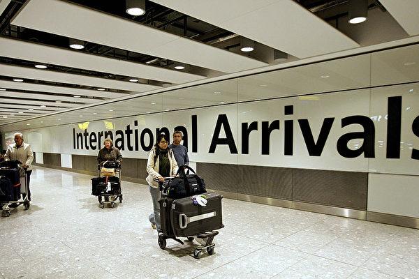 홍콩발 영국 런던행 항공편에서 내린 여행객들이 런던 공항 통로를 지나고 있다.    EDMOND TERAKOPIAN/AFP via Getty Images 연합