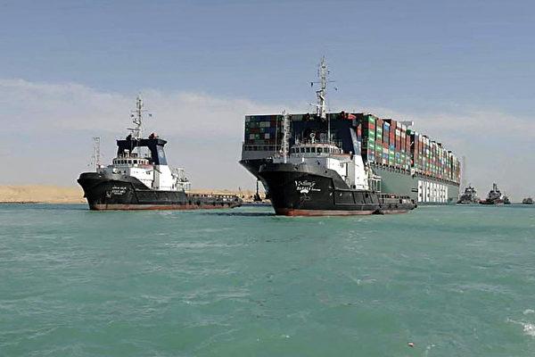 에버그린의 대형 컨테이너선 '에버기븐호'가 이집트 수에즈 운하에 좌초해 항로가 마비됐다(사진 오른쪽). | SUEZ CANAL AUTHORITY / AFP 연합
