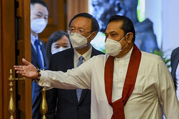 마힌다 라자팍사 스리랑카 총리가 2020년 10월 9일 콜롬보에서 양제츠 중국 공산당 외교담당 국무위원과 이야기하고 있다.  | ISHARA S . KODIKARA/AFP via Getty Images 연합